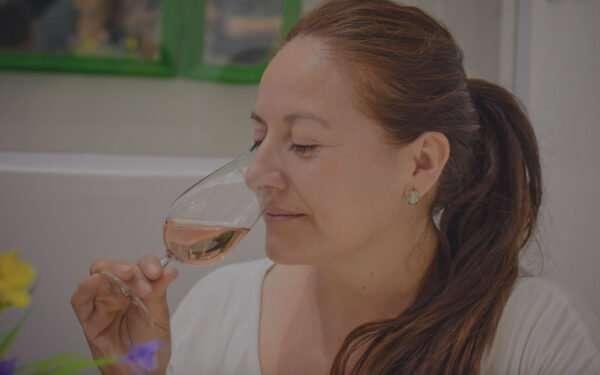 señora toma vino