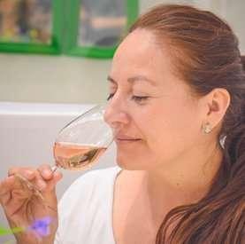 señora tomando vino